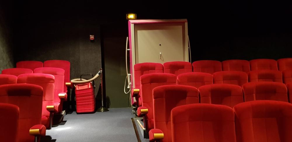 La salle de ciné sert de remise !