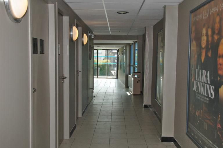 Le hall d'accès aux salles
